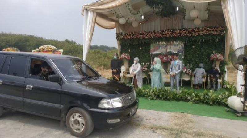 Pasangan Ini Gelar Resepsi Pernikahan Secara Drive Thru