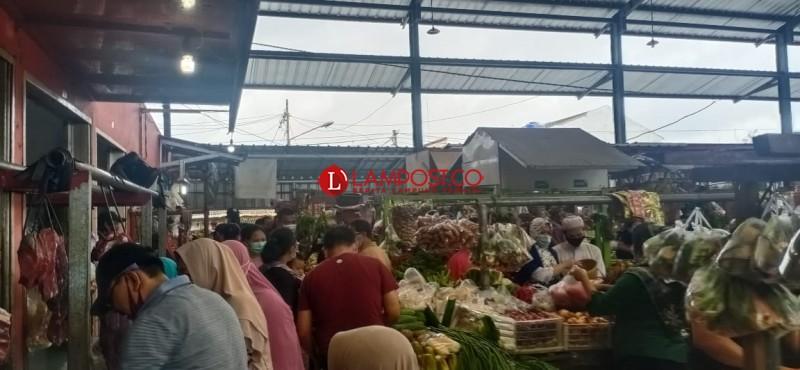 Pasar Dipenuhi Pengunjung Belanja Kebutuhan Malam Pergantian Tahun