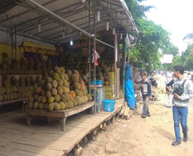 Pascapenertiban, Pedagang Durian Bermunculan di PKOR Way Halim