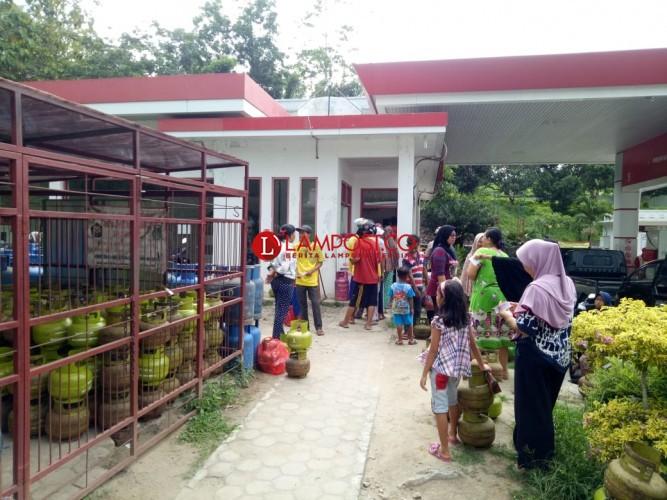 Pasokan Gas Telat, Warga Antre di SPBU Coco Penengahan