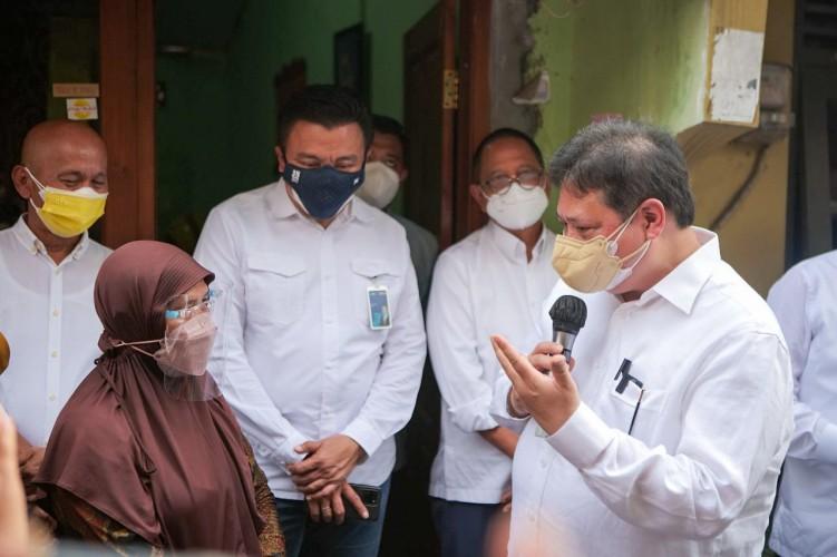 Pastikan Ekonomi Rakyat Tetap Bergerak, Menko Airlangga Tinjau UMKM Rumahan di Surakarta