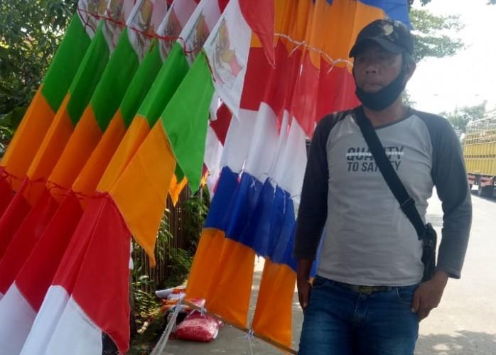 Pedagang Bendera Musiman di Lampura Mulai Ramai