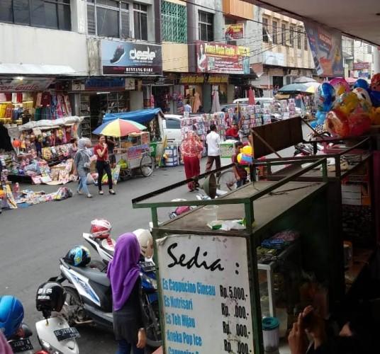 Pedagang dan Konsumen Keluhkan Pedang Kaki Lima di Pasar Tengah