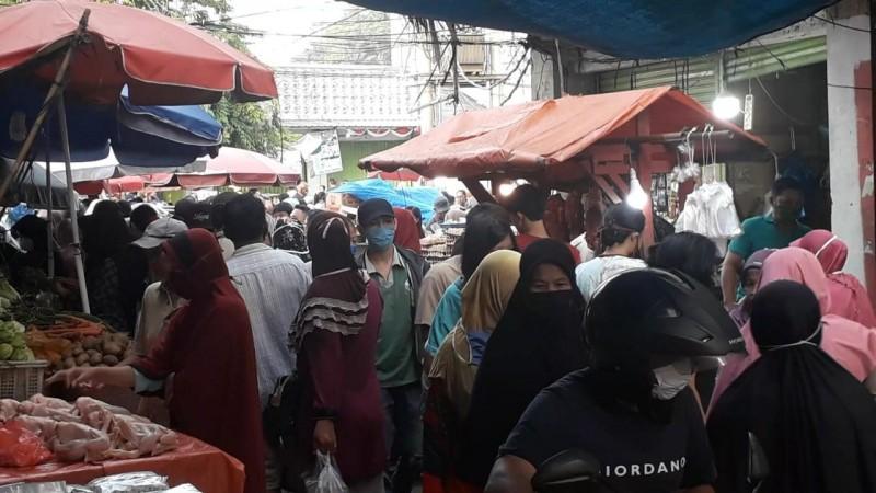 Pedagang dan Pembeli di Pasar Tugu Abaikan Protokol Kesehatan Covid-19