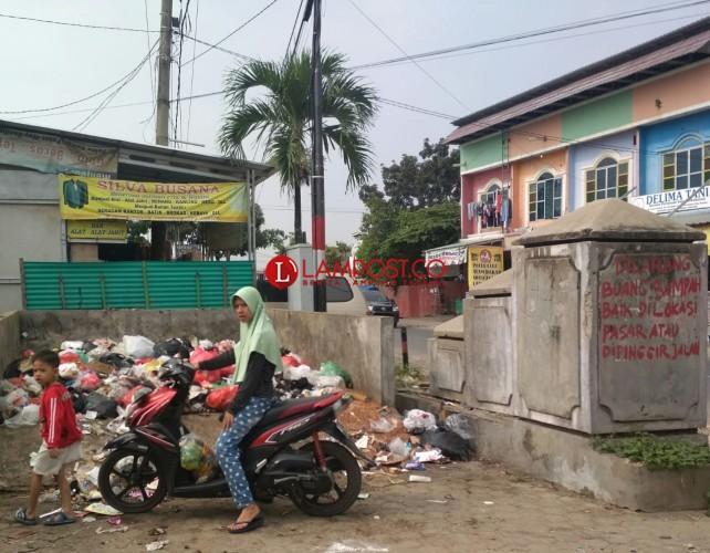 Pedagang Pasar Way Kandis Keluhkan Sampah Tak Diangkut Teratur