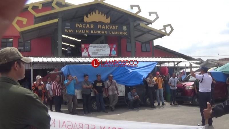 Pedagang Pasar Wayhalim Tuntut Kebijakan PD Pasar