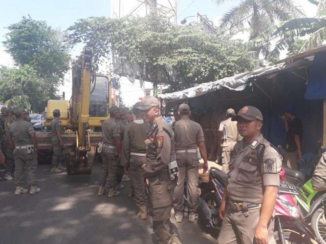 Pedagang PKOR Wayhalim Diberi Waktu 5 Hari Bongkar Lapak