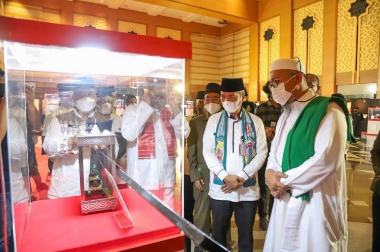 Pedang dan Tongkat Nabi Muhammad Dipamerkan di Jakarta
