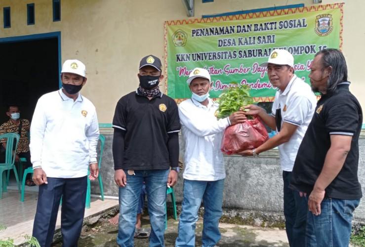 Peduli Lingkungan, Mahasiswa KKN Desa Kalisari Bagikan Bibit Buah
