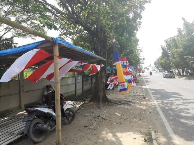 Pedagang Bendera dari Bandung Mengadu Nasib di Lampung