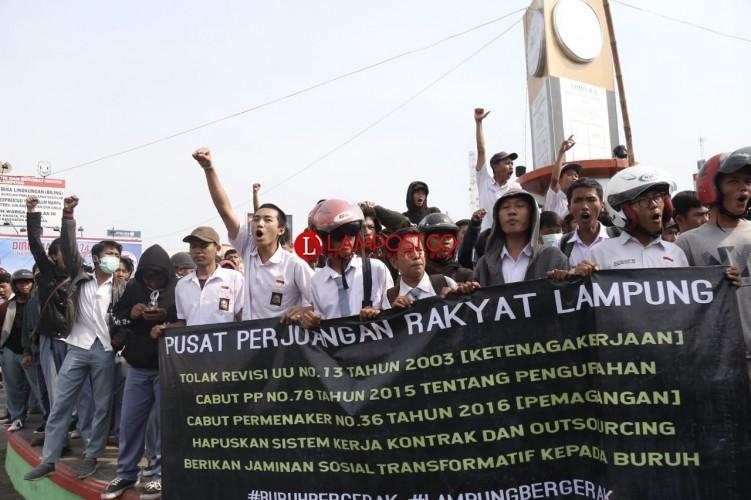 Pelajar Ikut Aksi Demo Penolakan RUU di Tugu Adipura