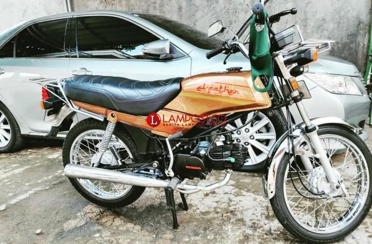 Pencuri Mulai Lirik Motor Antik