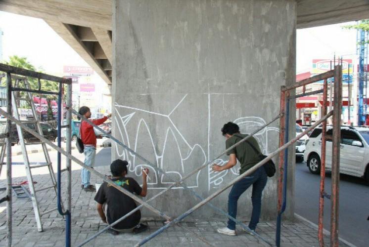 Pelukis Mengekspresikan Diri dengan Coretan Cat di Flyover