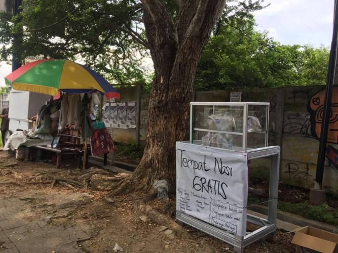 Pembagian Nasi Gratis di Flyover Sultan Agung Bermanfaat Bagi Tukang Sapu Jalan