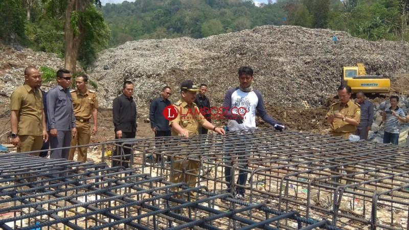 Pembangunan Dinding Penahan Sampah TPA Bakung Capai 60 Persen