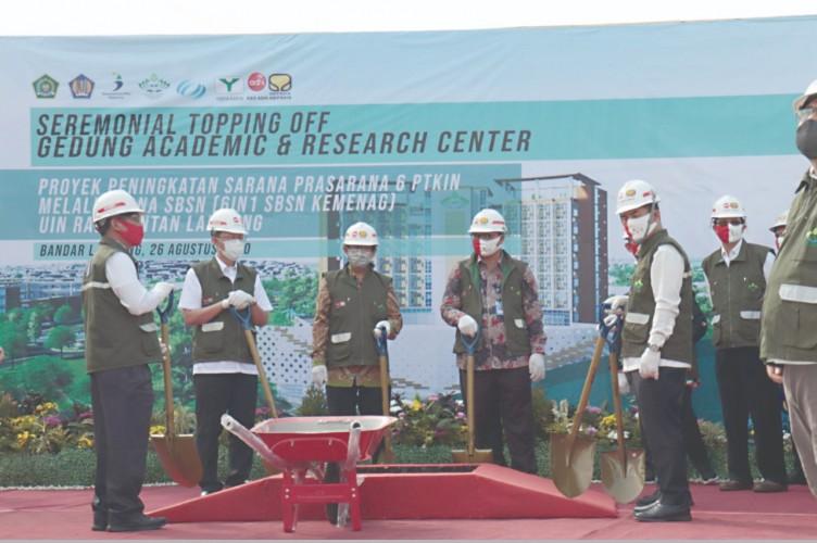 Pembangunan Gedung Akademik dan Pusat Riset UIN Raden Intan Tahap Penyelesaian Atap