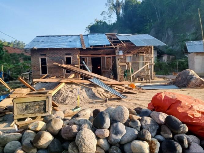 Pemkab Lambar Baru Perbaiki 10 Rumah Tedampak Gajah Liar