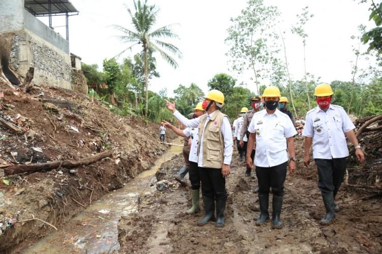 Pemkab Lamtim Bangun Tanggu Penahan Tanah di Desa Sukadana