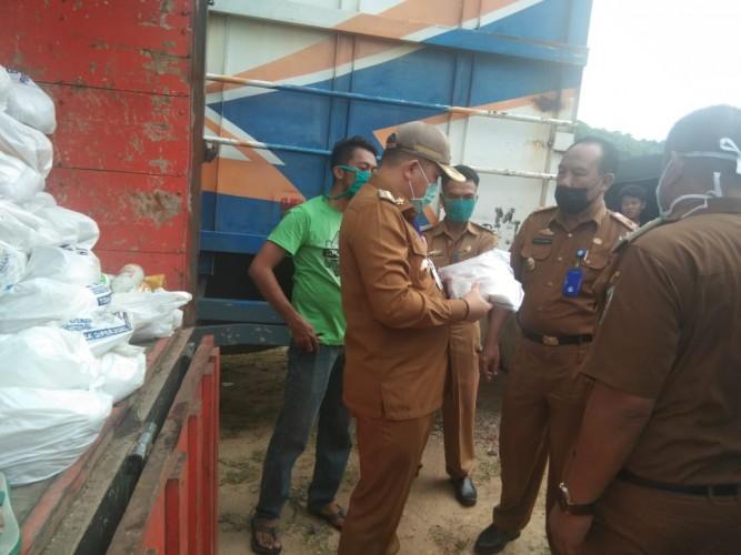 Pemkab Pesawaran Distribusikan 4.989 Paket Sembako bagi Warga Telukpandan