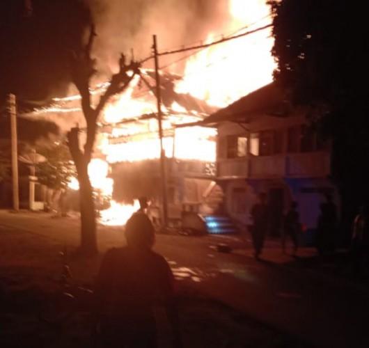 Pemkab Pesibar Salurkan Bantuan Korban Kebakaran