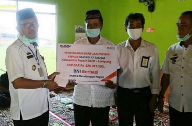 Pemkab Pesisir Barat Salurkan Bantuan CSR untuk Renovasi Masjid