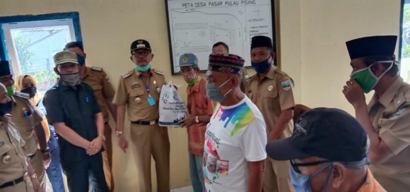 Pemkab Pesisir Barat Salurkan Bantuan Sembako ke Pulau Pisang
