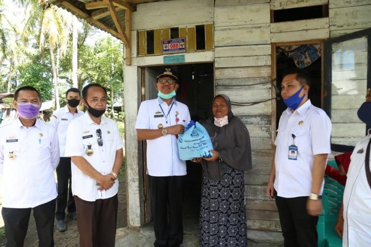 Pemkab Pesisir Barat Salurkan Bantuan Warga Terdampak Korona