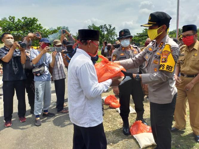 Pemkab Tulangbawang Bagikan 332 Paket Sembako di Gedungaji