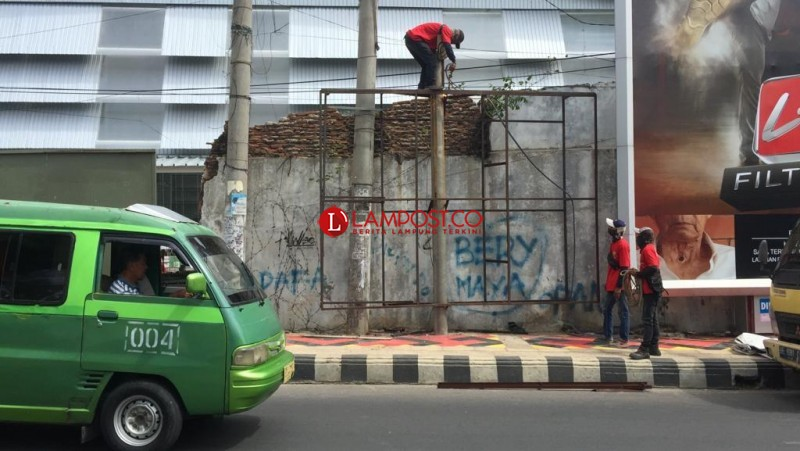 Pemkot Bandar Lampung Tebas Reklame Tak Berizin