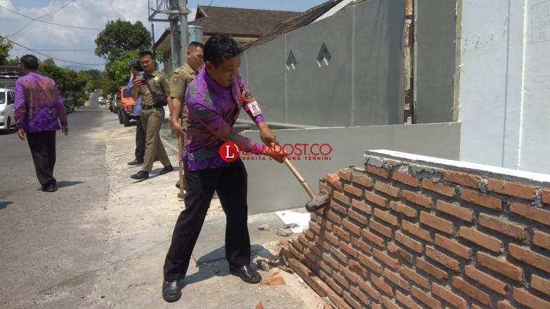 Pemkot Tertibkan Sejumlah Bangunan Tak Berizin