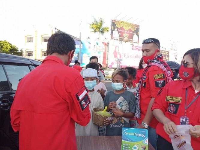 Pemuda Batak Bersatu Berbagi Takjil dan Masker