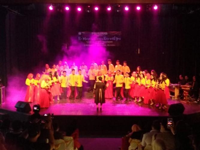 Penampilan Bina Vokalia SMAN 2 pada Prakonser ICF di Taman Budaya Memukau
