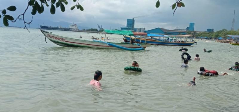 Penantian Nakhoda Perahu di Pantai Pasir Putih