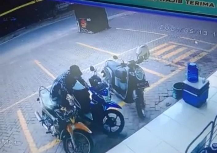 Pencuri Larikan Motor Kasir Minimarket dalam Tujuh Detik
