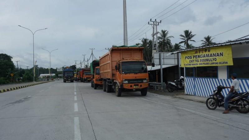 Pengendara Mengeluh, Bahu Jalan Masuk Gerbang Tol Sidomulyo Dijadikan Parkir