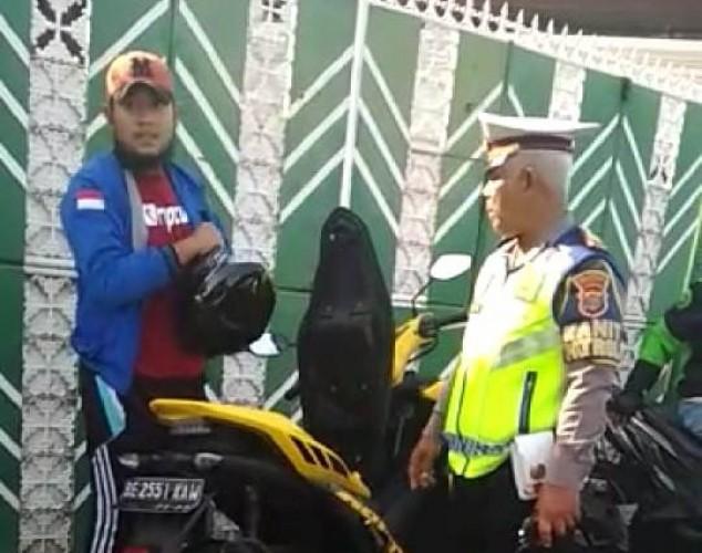 Pengendara Umpat Polisi Saat Ditegur Tak Pakai Helm