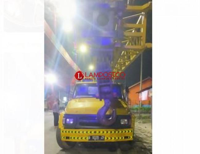 Pengendara Motor Tewas Tabrak Mobil Crane di Jalan Sultan Agung
