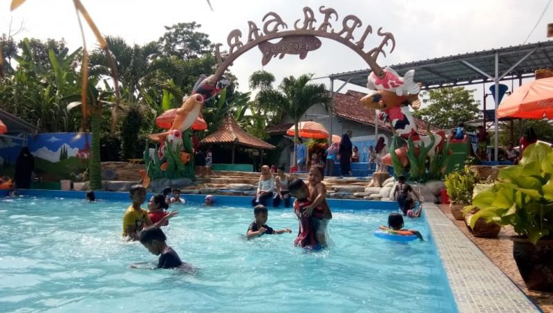 Penghujung Libur Sekolah, Kolam Renang Tirtasari Ramai Pengunjung