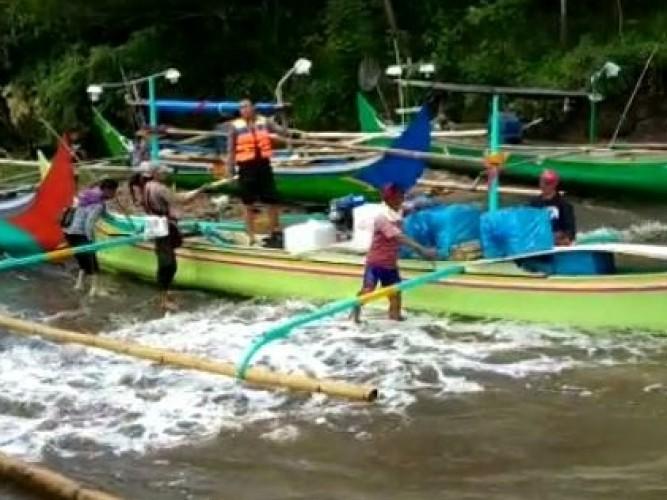 Pengiriman Logistik ke Pulau Tabuhan Gunakan Perahu Jukung