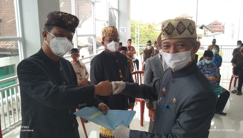 Pengukuhan Pengurus RT dan RW Imopuro Gunakan Pakaian Adat