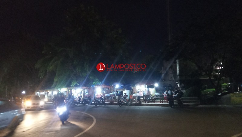 Pengunjung Angkringan Stadion Pahoman Banyak yang Tak Jaga Jarak