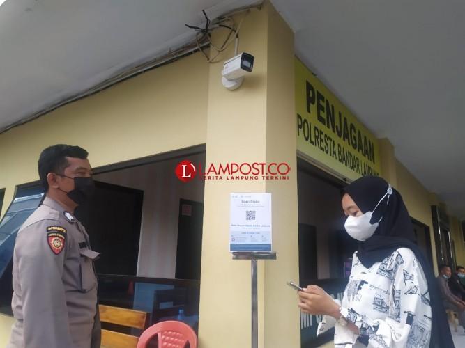 Pengunjung Antusias Akses Aplikasi PeduliLindungi di Polresta
