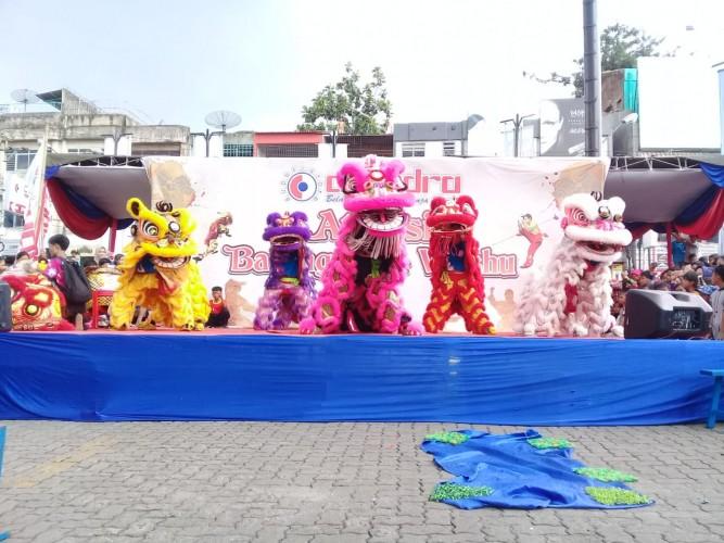 Pengunjung Chandra Nikmati Pertunjukan Barongsai