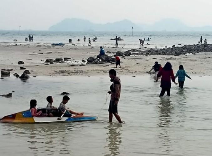 Pengunjung Kembali Ramaikan Pantai Wisata di Lamsel
