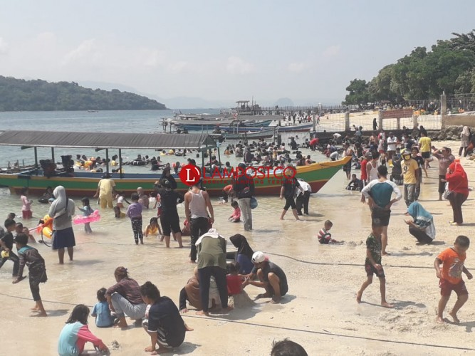 Pengunjung Pantai Abaikan Protokol Kesehatan