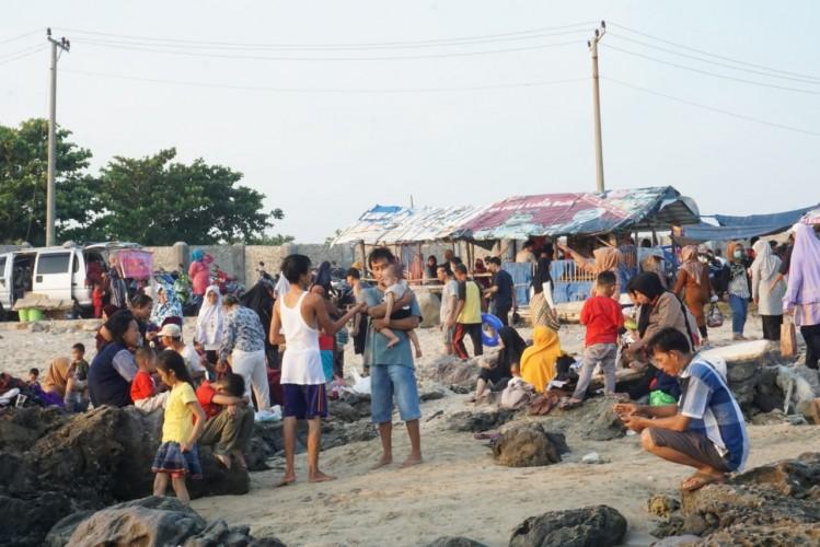 Pengunjung Pantai di Kalianda Abaikan Protokol Kesehatan