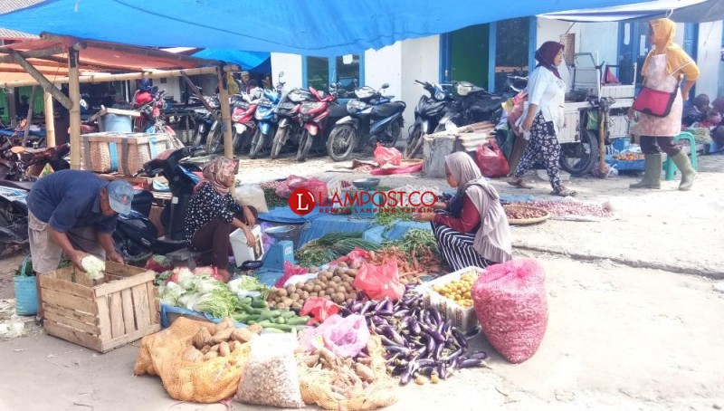 Pengunjung Pasar di Bumidaya Masih Abaikan Protokol Kesehatan