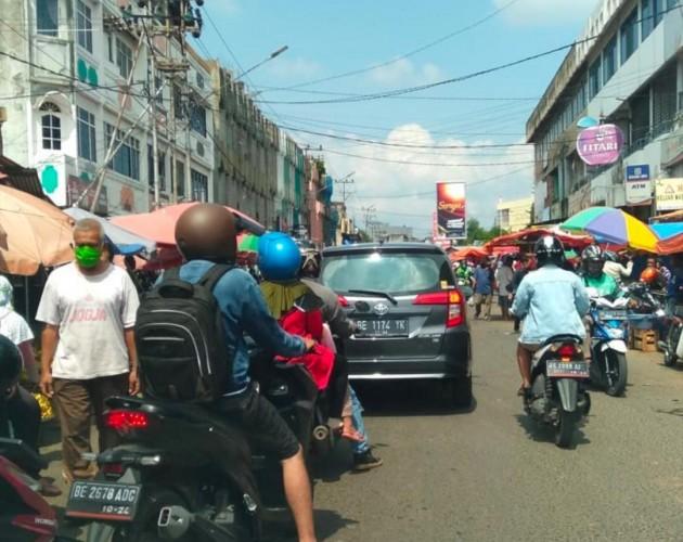 Pengunjung Pasar Penuh Sesak dan Abaikan Social Distancing