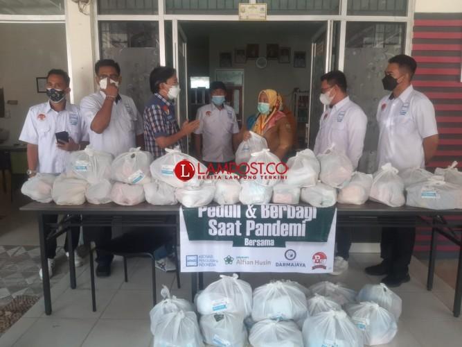 Pengusaha Lampung Salurkan Ribuan Paket Sembako untuk Nakes