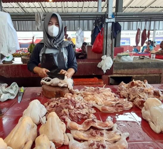 Penurunan Level PPKM di Lampung bikin Penjual Daging Ayam Semringah